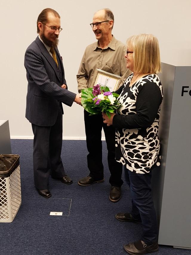 Suomen Mehiläishoitajain Liitto SML ry valitsi Jouko Mönkkösen (keskellä) vuoden mehiläistuottajaksi. Oikealla vaimo Anne Mönkkönen ja vasemmalla SML ry:n puheenjohtaja Hannu Luukinen.