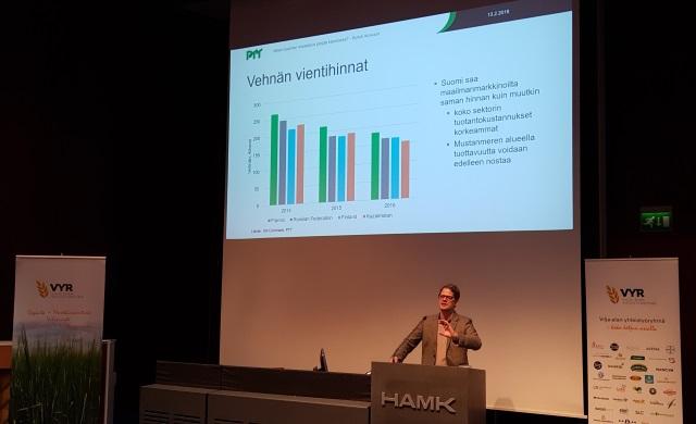 Kyösti Arovuori PTT:ltä kertoi, että Suomi saa vehnän maailmanmarkkinoilta saman hinnan kuin muutkin.