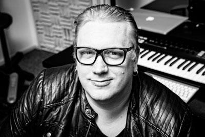 """Arttu Wiskarin lauloi itsensä Suomalaisten sydämiin kesällä 2010 """"Mökkitie""""-kappaleellaan. Monipuolinen ja lahjakas laulaja/lauluntekijä/ääninäyttelijä loisti myös Vain elämää -televisiosarjan kahdeksannella tuotantokaudella keväällä 2018."""