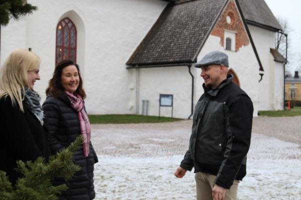Talman Energiaporauksen yrittäjä Kaisa Eskelin (vasemmalla), Altian Naturet-tuotteiden myyntipäällikkö Katja Raatikainen ja Porvoon Seurakuntayhtymän toimitilainsinööri Timo Kraufvelin.