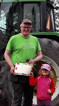Marko Rautavan tytär Katri on juuri luovuttanut isälleen kunniakirjan kylvöjen valmistumisen merkiksi. Kuva: Marko Rautava