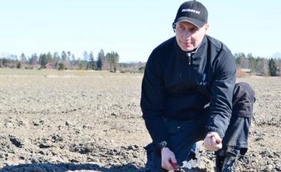 Huhtikuun puolivälissä kemiöläinen pelto alkoi olla valmiina juurikkaan kylvölle. Mika Lehtinen on tyytyväinen maan rakenteeseen, joka on hyötynyt vuoroviljelystä kuminan, rukiin ja juurikkaan kanssa.