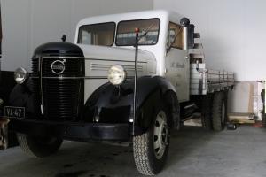 Kuljetusliikkeen ensimmäistä autoa vastaava Volvo 475 vuodelta 1947.