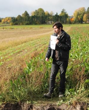 Maaperäasiantuntija Joel Williams oli saapunut Köyliöön puhumaan maan hyvän rakenteen merkityksestä ja erityisesti kasvien juurten roolista.