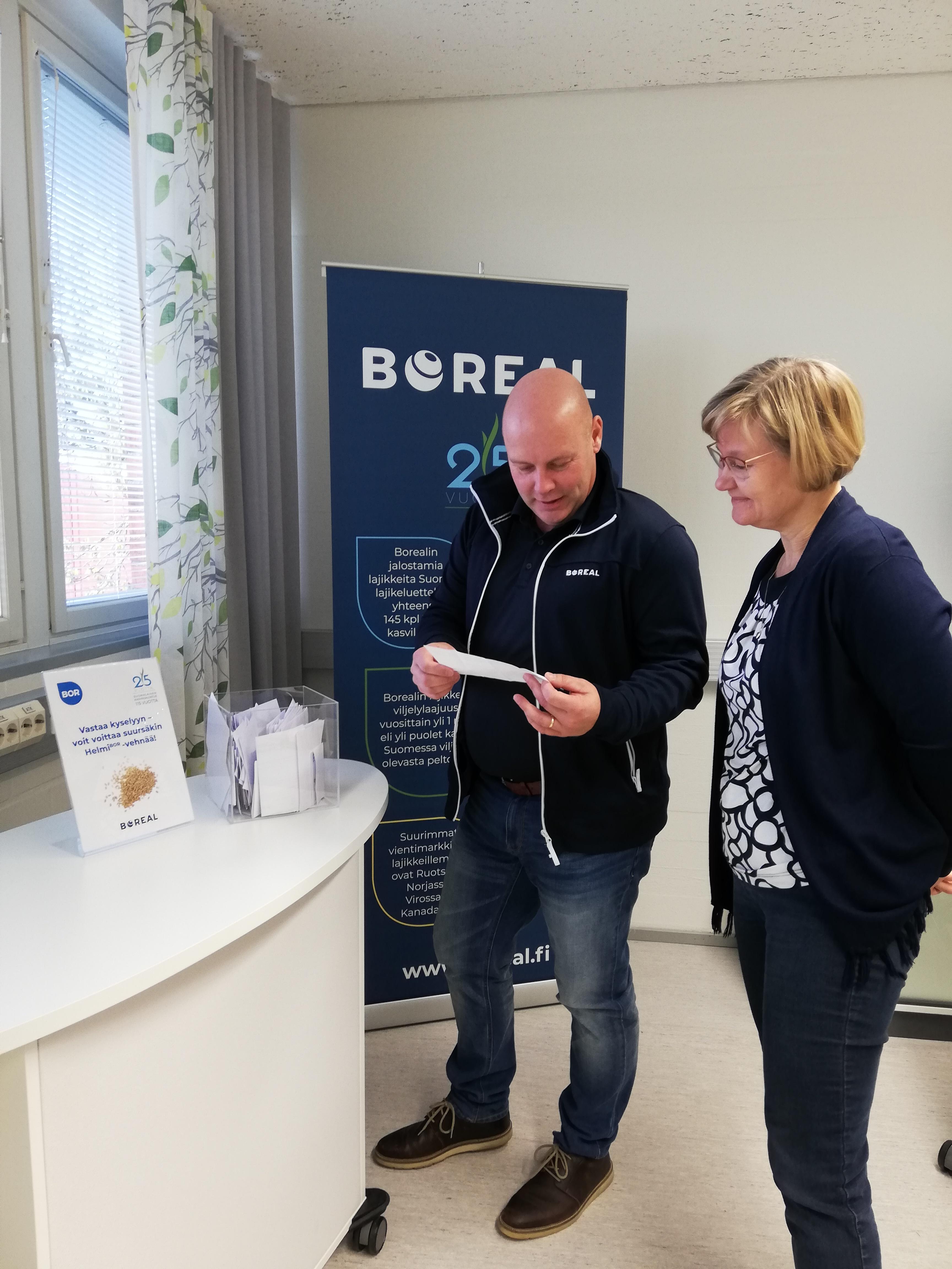Borealin koetoimintapäällikkö ja vehnänjalostaja Mika Hyövelä nosti arvontalaatikosta voittajakupongin, ja jalostusjohtaja Merja Veteläinen tarkisti voittajan tiedot.