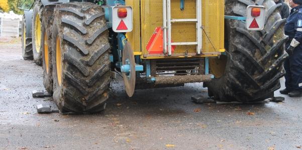 Pellonpiennarpäivässä punnittiin juurikkaannostokoneen rengaspainoja poliisin mukanaan tuomilla vaa'oilla.