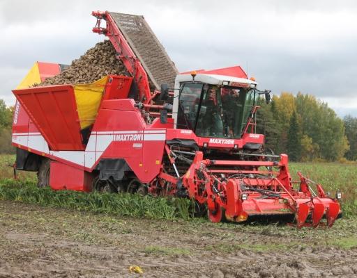 Paikalla ollut Grimme Maxtron 620 painaa tyhjänä 19 tonnia ja juurikkaita siihen mahtuu 20 tonnia. Tarvittavat säädöt saa tehtyä hytistä käsin ja kuorman purku on mahdollista liikkeellä ollessa. Kone kulkee teloilla, jotka eivät aiheuta kovaa painetta maahan.