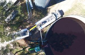 Soilfood Boost NPKS toimitetaan säiliöautolla suoraan altaaseen.