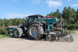 Kaistaviljelykoneella työssä selvitään vähillä ajokerroilla.