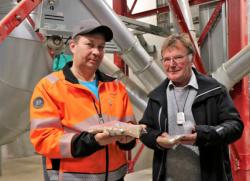 Broilerintuottaja Mika Säteri (vas.) ja asiakkuuspäällikkö Seppo Vätti Viljelijän Avena Berneriltä vakuuttuivat Säterin viime kesänä tehdyn ruiskutuskokeen tuloksista. Sen mukaan Ascra Xpro-tautiainekäsittely toi selkeän sadonlisän kevätvehnällä.