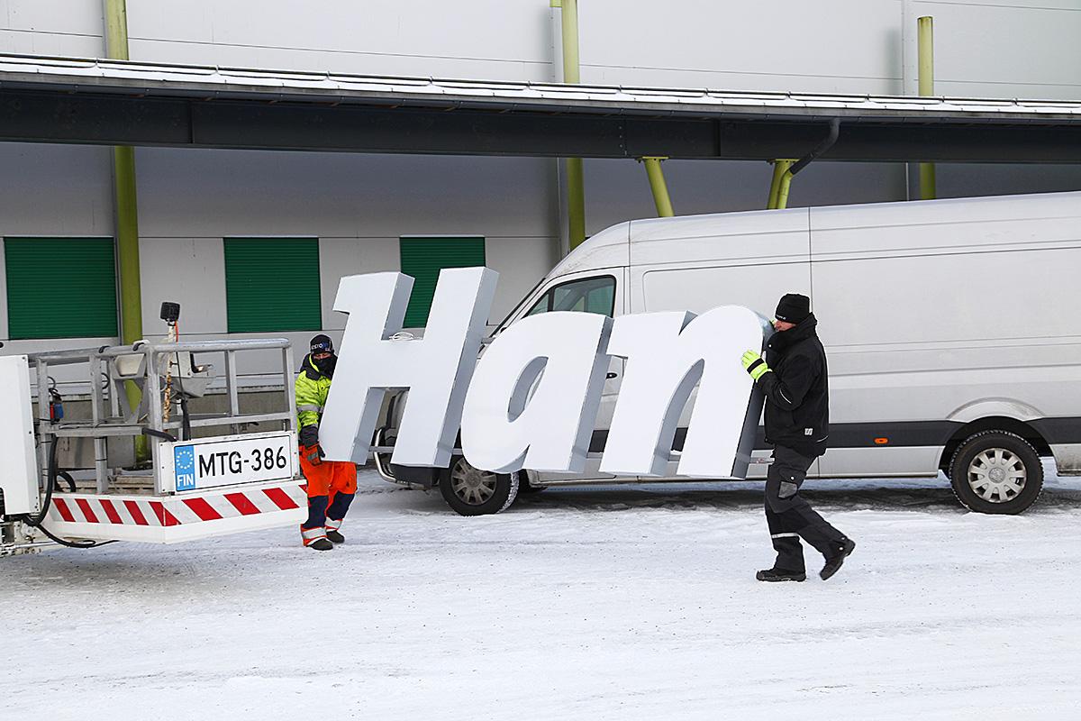 Ensimmäiset Hankkija-kyltit nousivat Hyvinkään myymälään viime viikolla