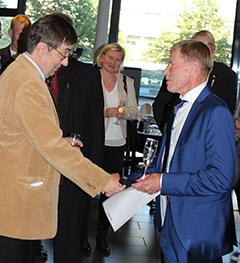 Kasvinsuojeluseura myönsi Lasselle Martti Markkulan ansiomitalin elämäntyöstä kasvinsuojelun parissa.