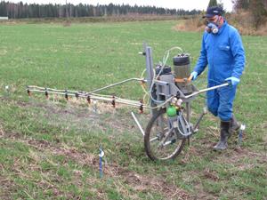 Göran Kuhlberg ruiskuttaa seosta: Topsin 200 g/ha + Proline 0,4 l/ha + YaraVita Mantrac Pro 1,0 l/h syysvehnällä 15.10.2014.