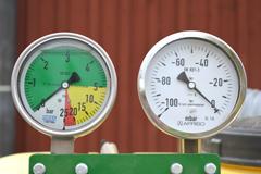 Ruiskutuspaineen mittari sekä pneumaattisen kylvökoneen alipainemittari
