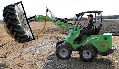 Toiseksi vuonna 2014 sijoituttiin pienkuormaimeen kehitetyllä pihdillä, joka mahdollistaa painavien renkaiden asennuksen turvallisesti. (Kuva: KM-lehti)