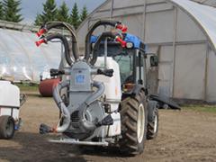 Tunneleliviljelmien kapeisiin riviväleihin tarvitaan  hieman peltoviljelyä pienempää ja kepeampaa ruiskukalustoa.